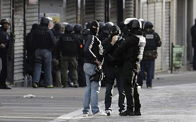 Members of the BRI, a special unit of the French police, at work in the northern Paris suburb of Saint-Denis city center, on November 18, 2015. (AFP/Kenzo Tribouillard)