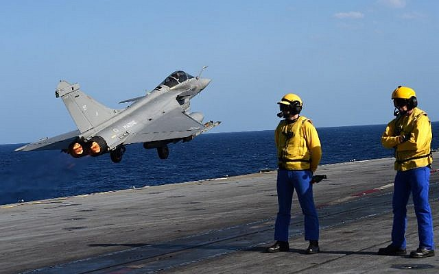 A French Rafale fighter aircraft takes off with bombs from the French aircraft carrier Charles de Gaulle, in the Mediterranean sea, as part of operation Chammal in Syria and Iraq against the Islamic State group, November 23, 2015. (AFP/ANNE-CHRISTINE POUJOULAT)