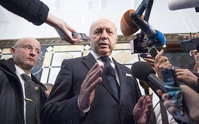 French Foreign Minister Laurent Fabius speaks to the press as he arrives for a conference on Syria in Vienna, Austria, on November 14, 2015. (AFP Photo/Joe Klamar)