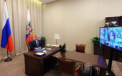 Russian President Vladimir Putin holds a video conference with top military officials on Russia's Air Forces' operation in Syria at the Novo-Ogaryovo residence outside Moscow on November 20, 2015. (AFP/SPUTNIK/MIKHAIL KLIMENTYEV)