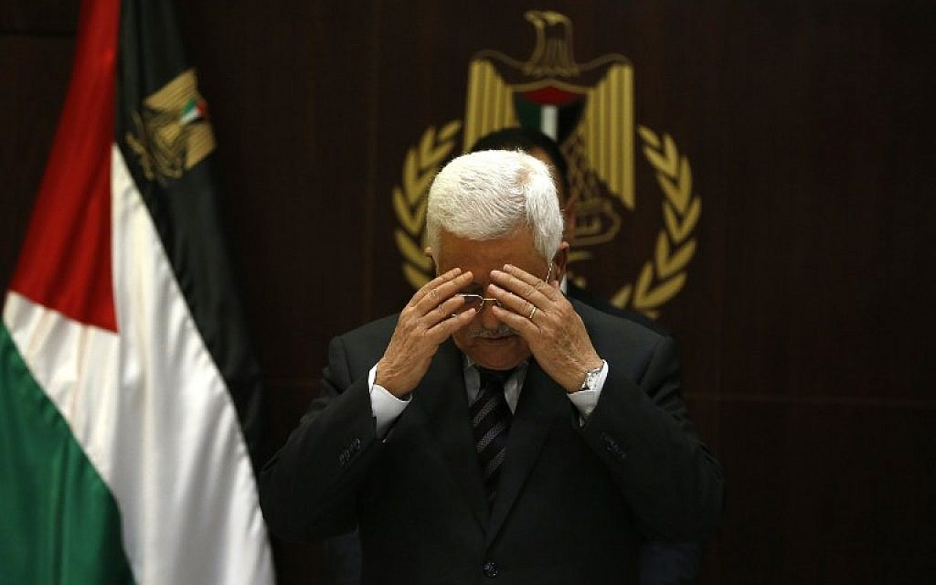 Palestinian president Mahmud Abbas prays before a meeting with the Palestine Liberation Organisation's (PLO) executive committee at his office in the West Bank city of Ramallah on November 4, 2015. (AFP/Abbas Momani)