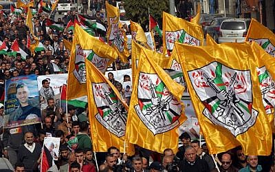 Palestinian demonstrators hold Fatah party flags as they demonstrate in the center of the West Bank city of Hebron on November 4, 2015. (AFP/HAZEM BADER)