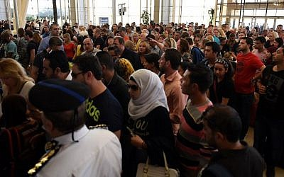 Tourists queue at the airport in Egypt's Red Sea resort of Sharm El-Sheikh on November 6, 2015. (AFP/ MOHAMED EL-SHAHED)