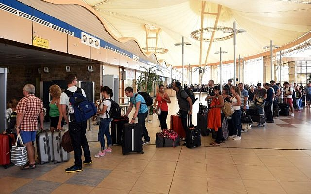 Tourists queue to pass airport security in Egypt's Red Sea resort of Sharm el-Sheikh on November 6, 2015. (AFP/MOHAMED EL-SHAHED)