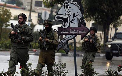 Israeli soldiers in Hebron, November 6, 2015. (AFP Photo/Ahmad Gharabli)
