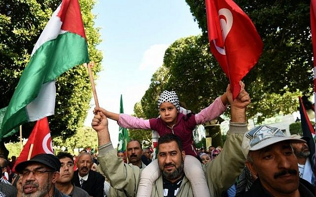 Supporters of Tunisia's Islamist Ennahdha Party shout slogans, as they wave the Palestinian and Tunisian national flags, during a solidarity protest on November 7, 2015, in Tunis. (AFP PHOTO/FETHI BELAID)