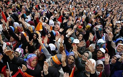 Supporters wave while waiting for the Turkish prime minister and Justice and Development Party (AKP) leader Ahmet Davutoglu during an election campaign rally in Ankara on October 31, 2015. (AFP Photo/Adem Altan)