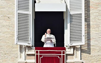 Pope Francis leads the Sunday Angelus prayer at the Vatican on November 15, 2015.(AFP/VINCENZO PINTO)