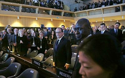 French President Francois Hollande (C) arrives with a standing ovation to the 70th General Conference of the United Nations Educational, Scientific and Cultural Organization (UNESCO) at the UNESCO headquarters in Paris, on November 17, 2015. (Yoan Valat/AFP/POOL)