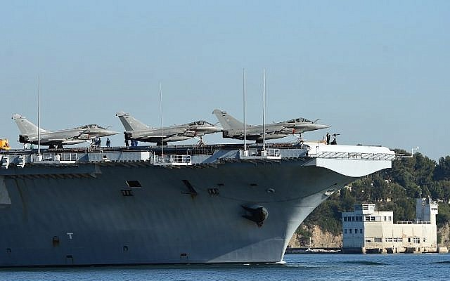 The French aircraft carrier Charles-de-Gaulle leaves the southern French port of Toulon on November 18, 2015. (AFP/ANNE-CHRISTINE POUJOULAT)