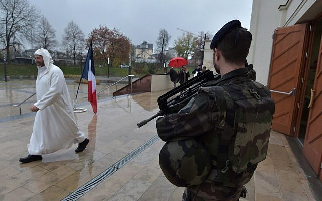 Illustrative. A French soldier stands guard in front of the Great Mosque in Strasbourg, eastern France, during Friday prayers on November 20, 2015. Muslims gathered here to pay tribute to the victims of the November 13 attacks. (AFP/Partrick Hertzog)