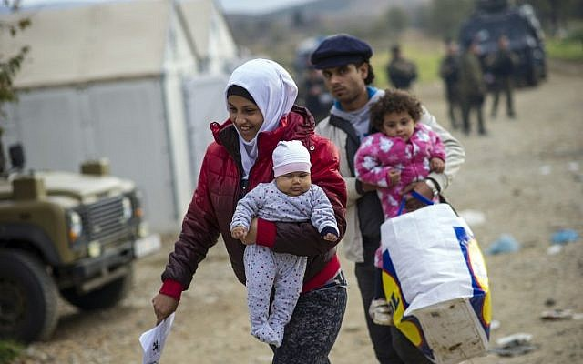 Migrants and refugees cross the border between Greece and Macedonia near Gevgelija on November 22, 2015. (AFP PHOTO / ROBERT ATANASOVSKI / AFP / ROBERT ATANASOVSKI)