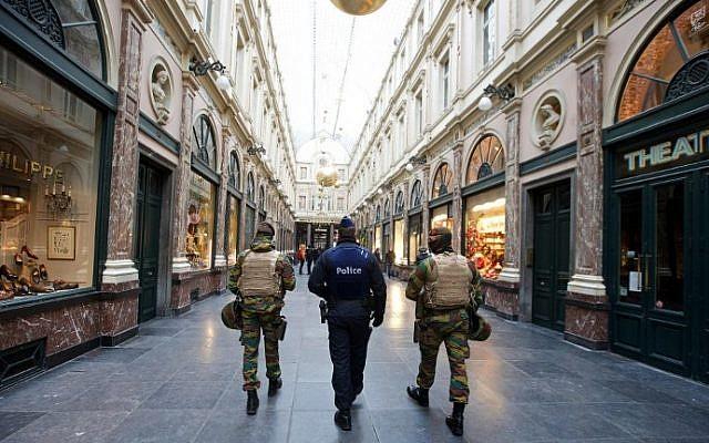 Belgian troops patrol at the Royal Galleries of Saint-Hubert in Brussels on November 22, 2015. (AFP/BELGA /Nicolas Maeterlinck)