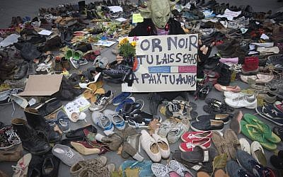 A man dressed as Yoda stands among shoes on the Place de la Republique which is covered in pairs of shoes on November 29, 2015 in downtown Paris (AFP PHOTO / JOEL SAGET / AFP / JOEL SAGET)