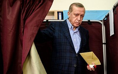 Turkish President Recep Tayyip Erdogan exits a voting booth at a polling station in Istanbul on November 1, 2015. (AFP PHOTO / OZAN KOSE)