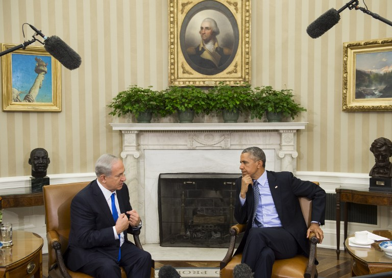 US President Barack Obama, right, and Israeli Prime Minister Benjamin Netanyahu hold a meeting in the Oval Office of the White House in Washington, DC, November 9, 2015. AFP/ SAUL LOEB)
