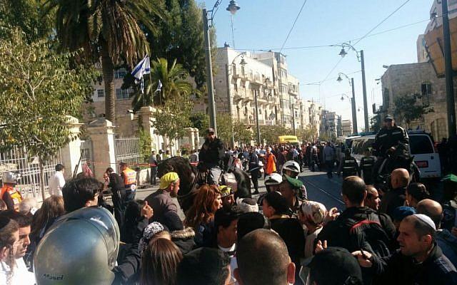 The scene of a stabbing attack near Jerusalem's Mahane Yehuda market on November 23, 2015. (Ilan Ben Zion)