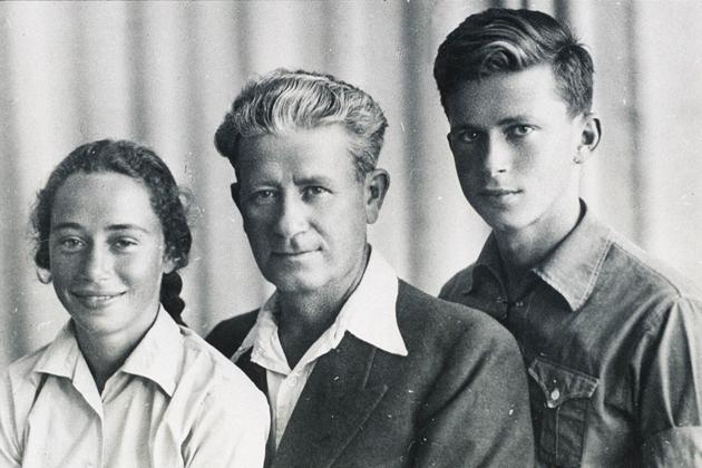 The photo of Rachel, Nehemia and Yitzhak Rabin that inspired a bronze relief scupture in Ukraine (Courtesy Rabin Center)