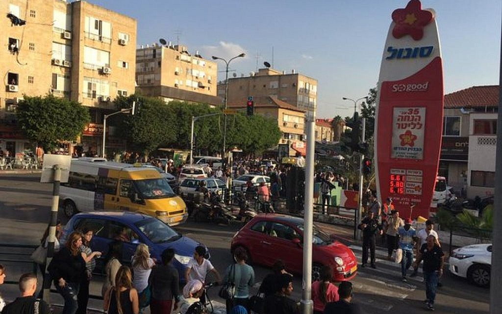 The scene of a stabbing attack in Rishon Lezion on Monday, November 11, 2015 (Magen David Adom)