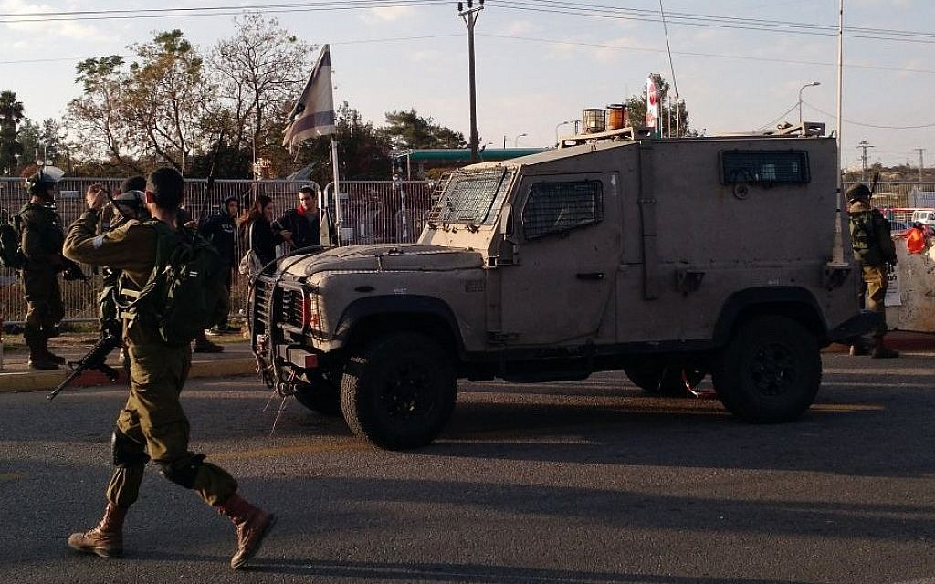 Soldiers respond to the scene of a stabbing terror attack in the Etziyon Junction on Sunday, November 22, 2015. (Judah Ari Gross/Times of Israel)