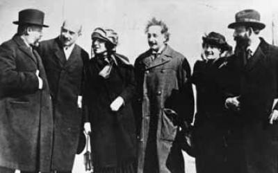Photograph of Albert Einstein and leaders of the World Zionist Organization published in the USA in 1921. Albert Einstein with his wife Elsa Einstein, and Zionist leaders Menachem Ussishkin, Chaim Weizmann, Vera Weizmann and Ben-Zion Mossinson on arrival in New York, 1921. (Wikipedia/public domain)