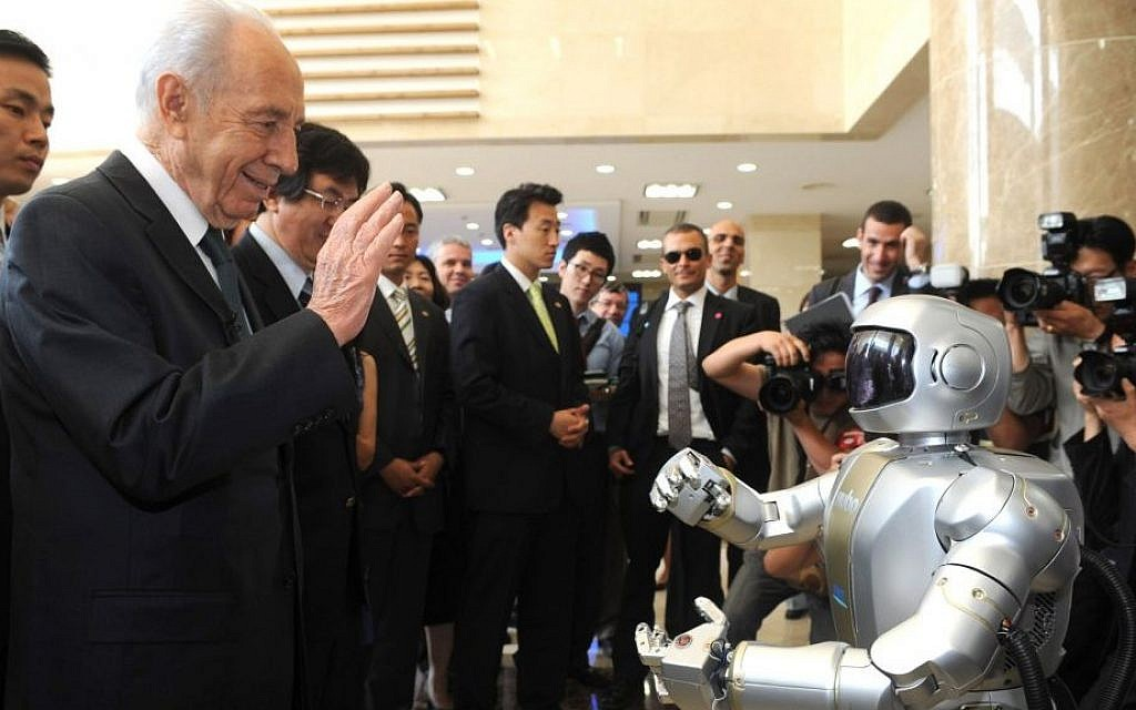 """Then-Israeli President Shimon Peres meets the humanoid robot """"Hubo"""" during his visit at the Korea Advanced Institute of Science and Technology (KAIST) in Daejeon, South Korea in 2010. Moshe Milner/GPO/Flash90)"""