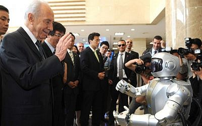 "Then-Israeli President Shimon Peres meets the humanoid robot ""Hubo"" during his visit at the Korea Advanced Institute of Science and Technology (KAIST) in Daejeon, South Korea in 2010. Moshe Milner/GPO/Flash90)"