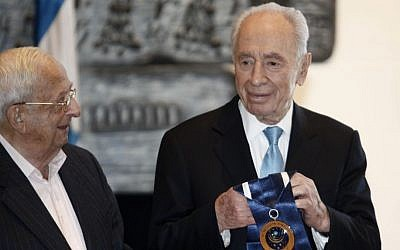 Then-president Shimon Peres presents Yitzhak Navon with a special 'presidential award' in Jerusalem on February 9, 2012. (Photo by Uri Lenz/Flash90)