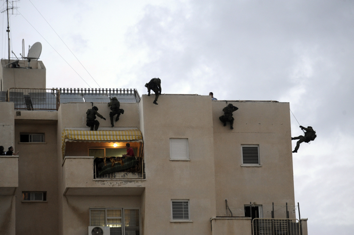 File. Israel's Special Police Unit (Yamam) storm a house in the city of Ashkelon on December 4, 2013. (David Buimovitch/Flash90)