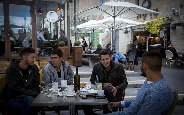 Israelis at a restaurant in downtown Jerusalem, on Saturday, November 01, 2014. (Miriam Alster/Flash90)