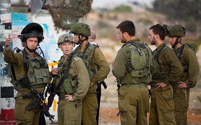 Israeli security forces at the site of a terror attack near the Etzion Junction in the West Bank on October 20, 2015 (Yonatan Sindel/Flash90)