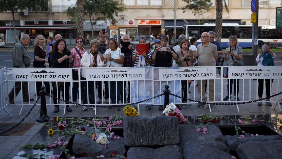 Israelis on October 30, 2015, pay their respects at the Tel Aviv memorial site where Prime Minister Yitzhak Rabin was assassinated in 1995. (Ben Kelmer/Flash90)