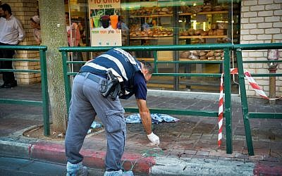 Investigators at the scene of a stabbing attack in Rishon Lezion on November 2, 2015. (Photo by Avi Dishi/Flash90)