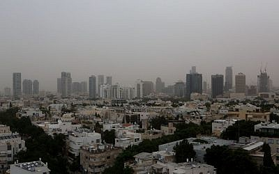 Hazy view over Tel Aviv as a dust storm covers the city, November 4, 2015. (Photo by Miriam Alster/Flash90)