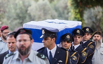 Guards carry the coffin of former Israeli president Yitzhak Navon, at the president's residence in Jerusalem on November 8, 2015. (Yonatan Sindel/Flash90)