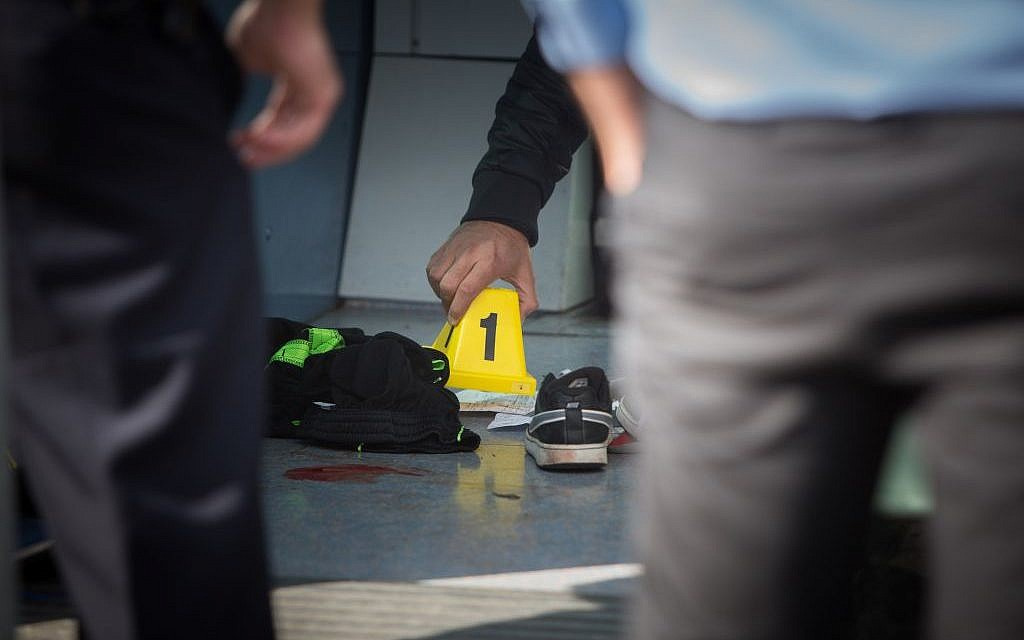 Investigators at the scene of a stabbing attack on the light rail in the northern Jerusalem neighborhood of Pisgat Ze'ev, November 10, 2015. (Yonatan Sindel/Flash90)