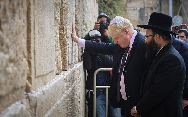 Mayor of London Boris Johnson prays at the Western Wall on November 11, 2015. (Photo by Flash90)