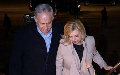 Prime Minister Benjamin Netanyahu and his wife Sara board their flight back to Israel after their visit to Washington, on November 11, 2015. (Photo by Haim Zach / GPO)