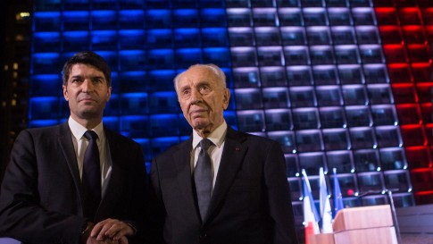 French Ambassador in Israel Patrick Maisonnave and former president Shimon Peres attend a rally at Rabin square in Tel Aviv on November 14, 2015 (Miriam Alster/FLASH90)