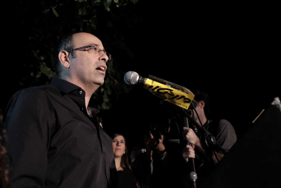 Prof. Yaron Zalika speaks at a protest against the impending natural gas deal, in central Tel Aviv, on November 14, 2015. (Tomer Neuberg/Flash90)