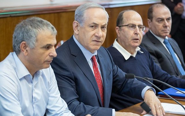Prime Minister Benjamin Netanyahu hosts the weekly cabinet meeting in Jerusalem, on November 15, 2015. (Emil Salman/Flash90/Pool)