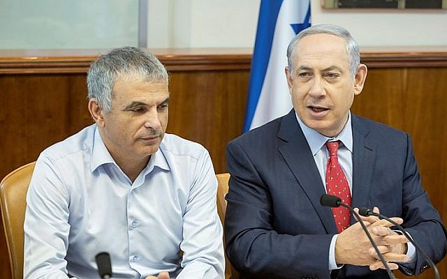 Prime Minister Benjamin Netanyahu (R) and Finance Minister Moshe Kahlon at the weekly government meeting in Jerusalem, on November 15, 2015. (Emil Salman/POOL)
