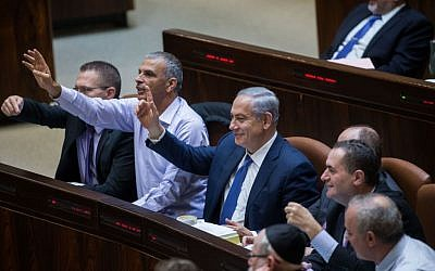 Prime Minister Benjamin Netanyahu and Finance Minister Moshe Kahlon during vote on the state budget for 2015-2016, November 18, 2015. (Photo by Yonatan Sindel/Flash90)