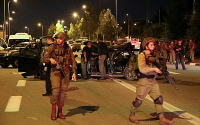 Israeli security forces and rescue personnel at the scene of a drive-by shooting near the West Bank settlement of Alon Shvut, in the Etzion Bloc, November 19, 2015. (Photo by Gershon Elinson/Flash90)