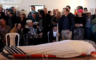 Friends and family attend the funeral of Rabbi Yaakov Don, a resident of Alon Shvut settlement, on November 20, 2015. (Yonatan Sindel/FLASH90)