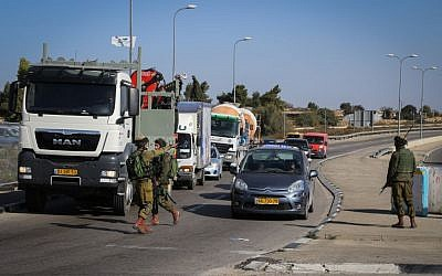 IDF soldiers on guard at the Gush Etzion junction, an area which has been hit by several terror attacks in the past weeks, November 23, 2015. (Gershon Elinson/FLASH90)