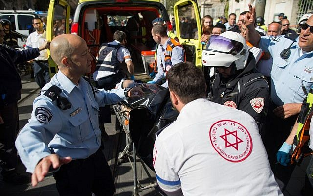 Israeli security and rescue personnel evacuate the dead body of a female Arab terrorist at the scene of a stabbing attack by the Mahane Yehuda market in central Jerusalem, November 23, 2015. (Photo by Yonatan Sindel/Flash90)