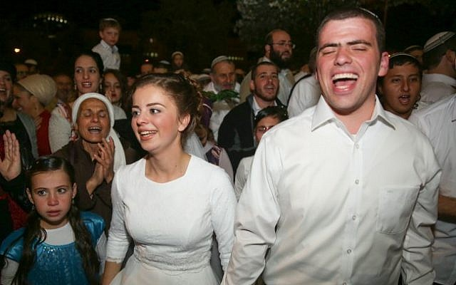 Sarah Litman and Ariel Biegel at their wedding at the Jerusalem International Convention Center, November 26, 2015. Litman's father and brother were murdered in a shooting attack on November 13, 2015. (Hadas Parush/Flash90)