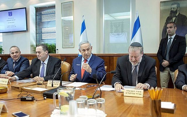 Prime Minister Benjamin Netanyahu leads the weekly government meeting, at the Prime Minister's Office in Jerusalem on November 29, 2015. (Emil Salman/Pool)