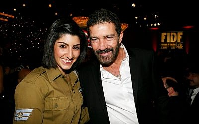 IDF Staff Sgt. (Res.) Elle and actor Antonio Banderas (photo credit: Noam Chem)